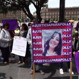 Familiares, amigas y amigos de Fernanda Cuadra y Polly Olivares se reunieron frente a la Catedral Metropolitana
