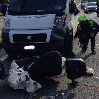 Frontale furgone-moto ai Cappuccini: ferito un motociclista