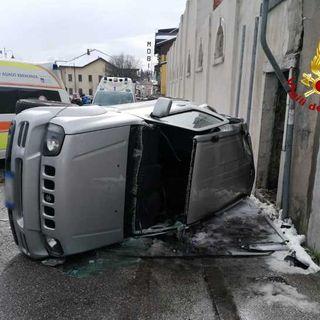 Schianto fra due auto: quattro feriti, due estratti grazie all'intervento dei pompieri