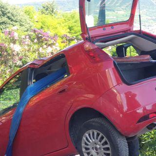 Auto in sosta in pendenza precipita su un tetto. Probabile guasto al freno a mano