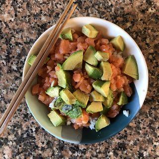 Il poke con salmone e avocado