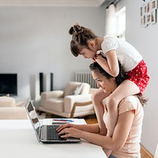 La tendenza della settimana - Mamme che lavorano, l'anno terribile e il rischio regressione (di Alessandra Magliaro)