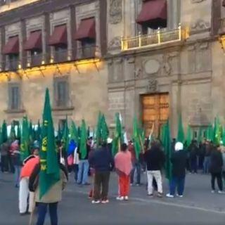 Trabajadores de la UAM protestan frente a Palacio Nacional