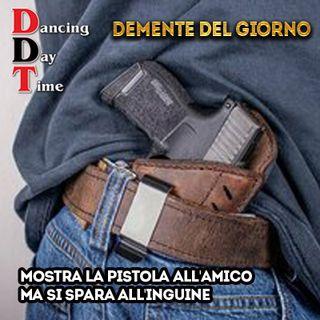 Demente del giorno: Mostra la pistola all'amico ma si spara all'inguine