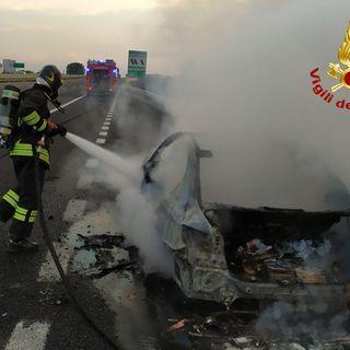Bmw divorata dalle fiamme in corsia d'emergenza sull'A4. Salvi i due occupanti