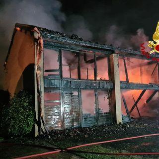 Paura per un ricovero di attrezzi agricoli divorato dalle fiamme: c'erano bombole di gas