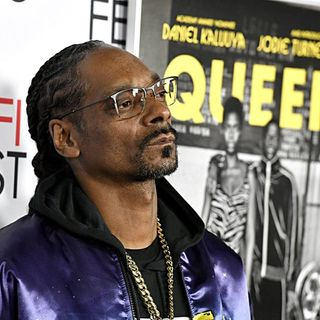 Snoop Dogg Bends His Knee