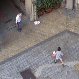 22. Jacopo, 9 anni, gioca in cortile