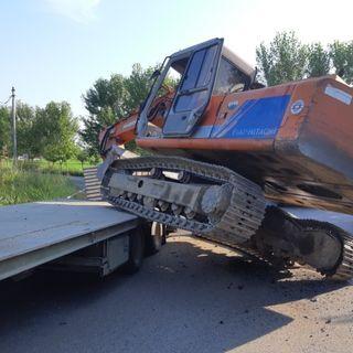 Rimorchio perde l'escavatore per strada: danni a un'auto ma nessun ferito