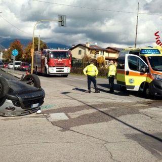 Schianto all'incrocio fra un'ambulanza e un'auto: ferita una donna