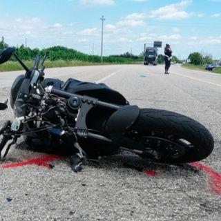 Nuova Gasparona: auto taglia la strada a un motociclista, che rimane ferito