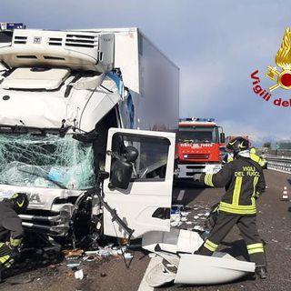 Tamponamento fra mezzi pesanti in A4: ferito un autista, 8 chilometri di coda