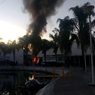Bloquean con llantas incendiadas carreteras en Guanajuato