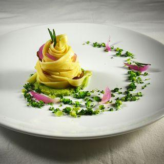 Tagliatelle con crema di broccoli e patate, uvetta e cipolla rossa profumate con zenzero e rosmarino
