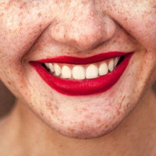 Il sorriso sotto la mascherina (non) si vede