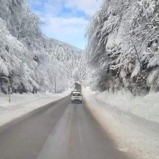 Tempesta di neve: caos-curiosi in Altopiano, chiusi il Costo e la Bassano-Asiago
