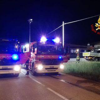 Autocarro a fuoco nel buio di mezzanotte. Pompieri al lavoro fino a notte fonda
