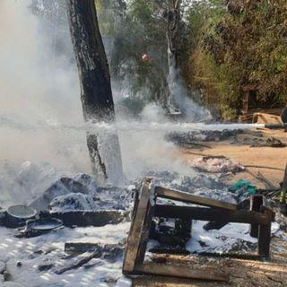 A fuoco roulotte con bombole di gas: esplosione sventata dai pompieri – VIDEO