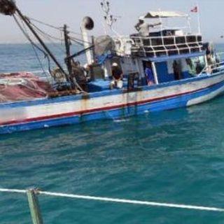 Libia, spari della guardia costiera contro tre pescherecci italiani: ferito un comandante