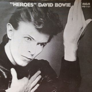 """DAVID BOWIE, scomparso il 10 gennaio 2016, è stato celebrato con un biopic e l'uscita di un singolo inedito. Noi, ricordiamo la sua """"Heroes"""""""
