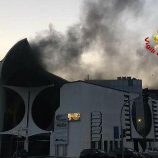 Paura in galleria Crispi: le fiamme nel seminterrato riempiono l'edificio di fumo
