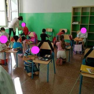 AZZOLINA PIANGE per gli STUDENTI in GINOCCHIO senza BANCHI