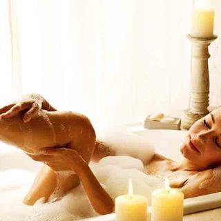 Bagni di benessere: ricette per rilassarsi o caricarsi in vasca da bagno