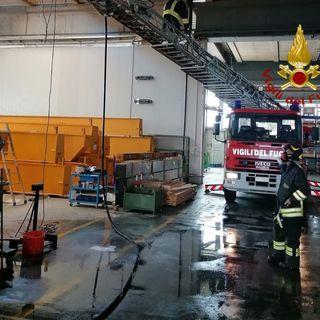 Incendio in un'azienda, al fuoco il forno di verniciatura