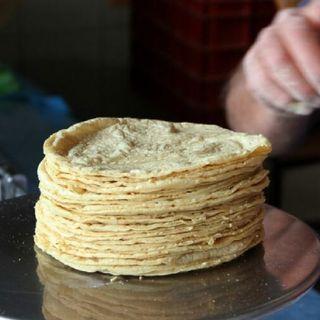 Acuerdan industriales de la tortilla y la Secretaría de Economía, frenar el alza en el precio