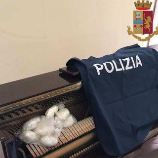 Condannata la coppia di conviventi che nascondeva cocaina nel pianoforte di casa