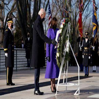 Joe Biden encabezó una ceremonia y depositó una ofrenda en la Tumba del Soldado Desconocido