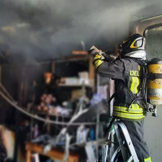 Incendio nel laboratorio, salvi magazzino e automezzi ma danni da fumo diffusi