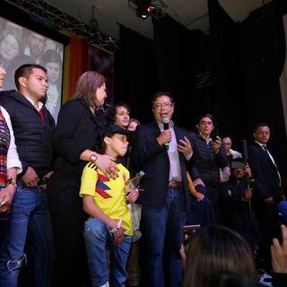 En el Down Town Majestic, en el centro de Bogotá, Petro recibe los resultados con la euforia de miles de sus seguidores.