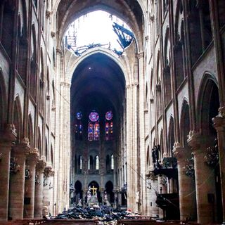 Dos tercios de la techumbre de la catedral de Notre Dame en París se quemaron