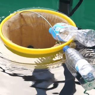 Il bidone che cattura, la plastica  a pelo d'acqua