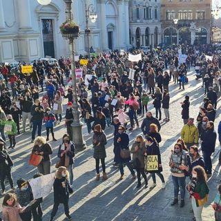 """""""La scuola torni in presenza"""": grande partecipazione ai flash mob a Bassano e Nove"""