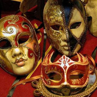 Monica Capuani  per parlare del Festival del Teatro Italiano a Londra!-  METTETE UNA MASCHERA NELLA VITA ?