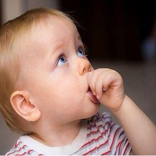 Chuparse el dedo, un hábito infantil natural