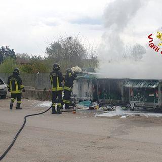 Cassonetti in fiamme nell'area che ospitava l'ex discoteca Boom. Pompieri all'opera