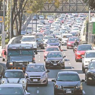 Autos saturan las vialidades, aún con la contingencia ambiental y sanitaria, además, la Línea 3 del Metro presenta saturación de usuarios.