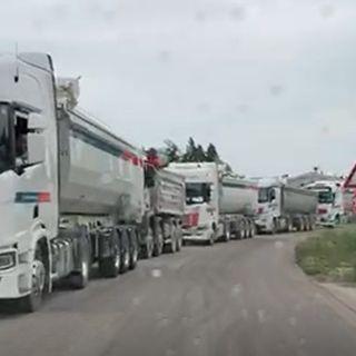Vallugana, colonna di camion lunga un chilometro. Residenti esasperati in Municipio