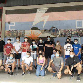 Tre murales realizzati da un gruppo di giovani colorano la palestra De Marchi