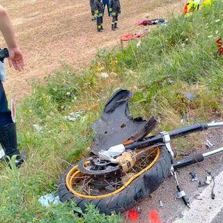 Grave un motociclista coinvolto in un incidente fra la sua moto e un'auto
