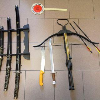 Armi da collezione illegali: denunciato. Spade, baionette e machete in casa di un 55enne