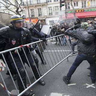 En París la policía dispersa a manifestantes con gases lacrimógenos