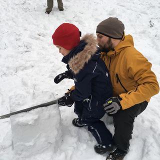 31. Lumisahausta tekemässä isä ja poika