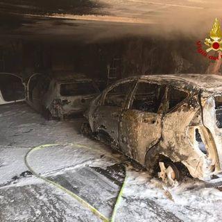 Due auto divorate dalle fiamme in garage: anziana salvata dai pompieri