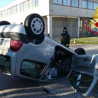 Renault Clio si ribalta in strada: fratture agli arti e contusioni per la guidatrice
