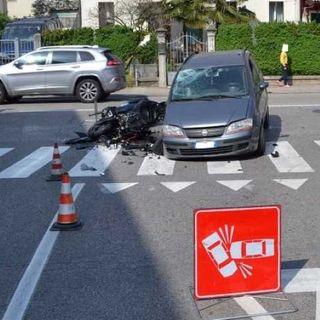 Moto si schianta su un'auto che sta svoltando: grave un 24enne