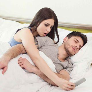 ¿Es normal que mi esposo tenga pornografía en su celular?